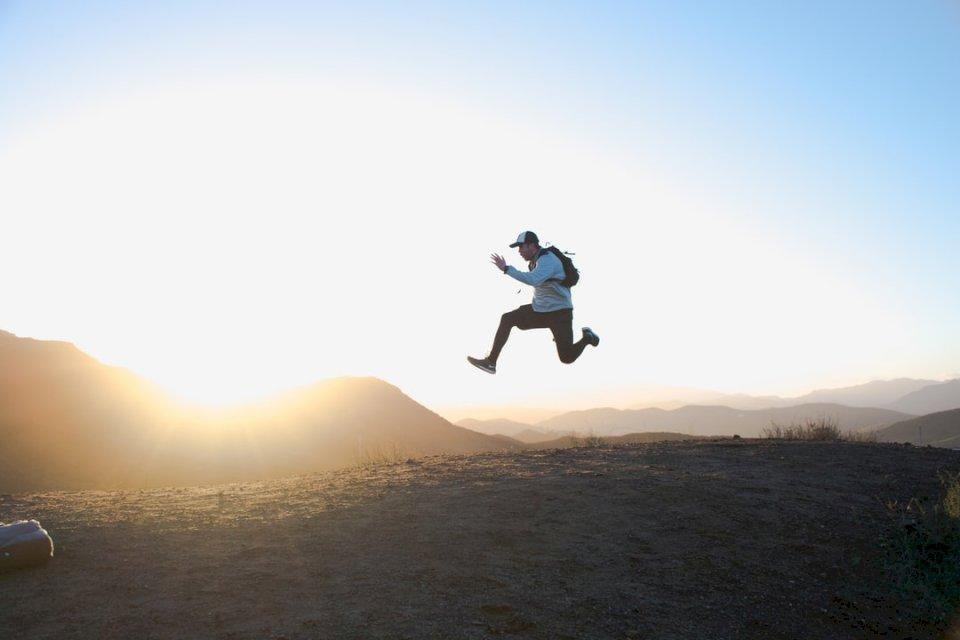 Saltando al amanecer - Un hombre saltando en el aire (10×10)