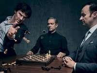 sherlock - . Martin Freeman et al. in piedi intorno a un tavolo.