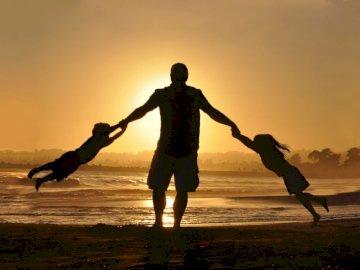 Sylwetka rodziny - . Osoba z zachodem słońca w tle.