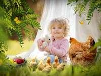 Ostern - . Ein kleines Mädchen mit einem Teddybär.