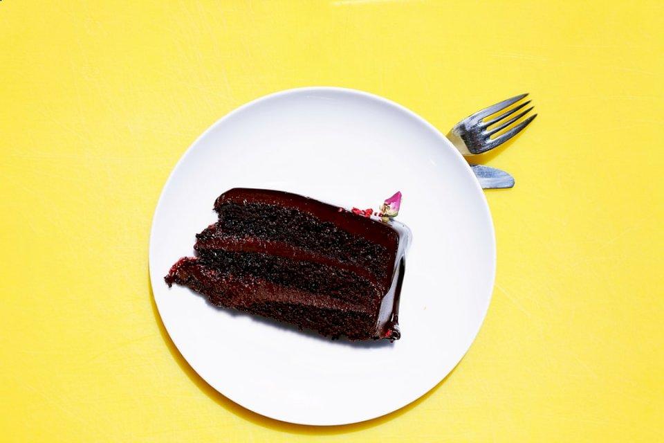 Tort de ciocolata - O bucată de tort pe o farfurie (10×10)