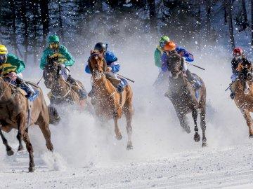 Courses hippiques - . Un groupe de personnes à cheval dans la neige.