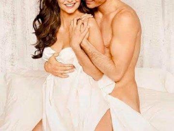 Damon et Elena - . Nina Dobrev et al. assis sur un lit posant pour la caméra.