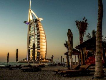 Dubai Burj Al Arab - . Un gruppo di palme con un edificio in background.