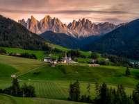 Прекрасна гледка - Красива гледка. . Голямо зелено поле с планина на заден