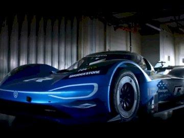 ALEXIS # _V ° 25 - . Niebieski samochód zaparkowany na parkingu.
