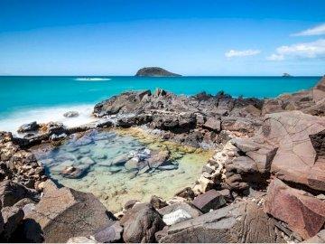 Kahouane - . A rocky beach next to the ocean.