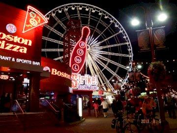 DIVERTISSEMENT LA NUIT - . Une devanture de magasin la nuit.