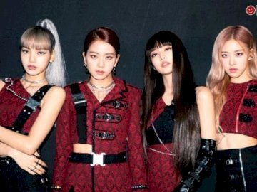 BLACKPINK - . A group of people posing for the camera.
