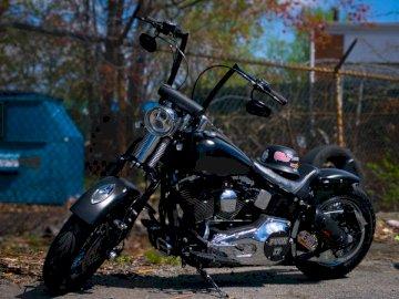 Eine benutzerdefinierte Harley Davidson - Schwarz-Silber-Cruiser-Motorrad. Fairfax Virginia. Ein Motorrad parkte am Straßenrand.