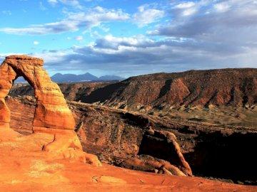 Gran cañón - paisaje desértico -------------------. Un cañón con una montaña en el fondo.