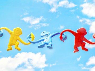 Beau puzzle en ligne - Trois jouets en plastique de singe de couleurs assorties se tenant pendant la journée. Disney World