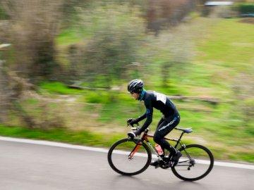 Czarna Strzała - Mężczyzna jedzie rower górskiego podczas dnia. Verona, Italia. Mężczyzna jedzie na rowerze na d