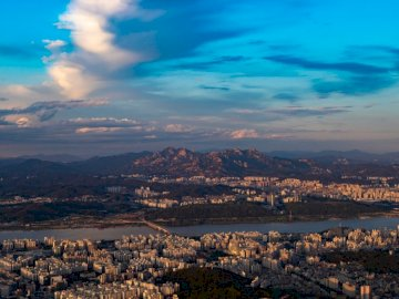 Seul, natura - Obszar miejski w pobliżu rzeki. Jeju. Widok na krajobraz dużego miasta.