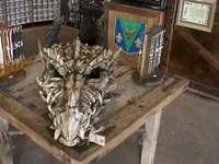 Dragom hlava - Fotografie v zábavním parku Unicersal Orlando. Dřevěný stůl.