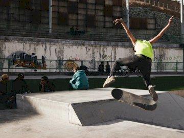 Sport, sport - Homme renversant la planche à roulettes pendant la journée. Iran, Lavasan. Un homme faisant un tou