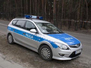 Wóz policyjny - Ułóż puzzle z samochodem policyjnym. Niebieski samochód zaparkowany na parkingu.