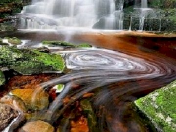 Cascada. - Puzzle. Paisaje. Cascada. Una gran cascada y una piscina de agua.