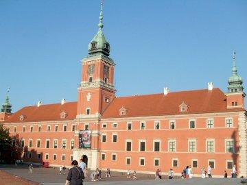Zamek królewski Warszawa - Zamek królewski Warszawa. Duży budynek z czerwonej cegły z Zamkiem Królewskim, w tle Warszawa.