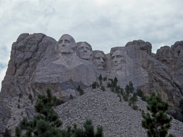 Monte Rushmore, Black Hills - Mount Rushmore National Memorial, Dakota del Sur. Washington DC. Una alta montaña rocosa con árbol