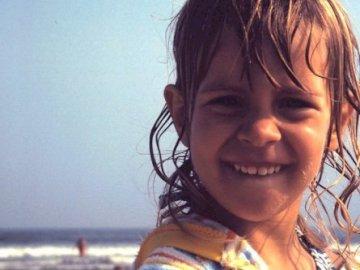 pamelanelson - Pamela Nelson im Alter von 3 Jahren. Ein lächelndes Mädchen, das ein Selfie nimmt.