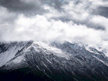 Montagnes de Nouvelle-Zélande # 1 - Photographie aérienne des montagnes grises et noires. Berne. Une montagne couverte de neige.