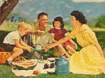 Pintura. - Un picnic familiar en las montañas. Un grupo de personas sentadas en una mesa con comida.