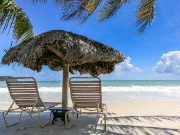 Krajobraz MORZA - Połącz elementy, aby ułożyć puzzle. Kilka leżaków na piaszczystej plaży.