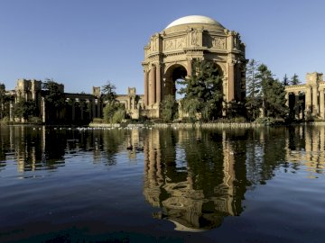 San Francisco - panorama --------------------------------. Palace of Fine Arts next to the water.