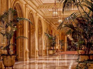Hotel Sheraton - luksusowe wnętrze --------------------------. Duży budynek.