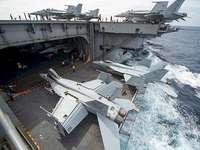 letadlová loď - Přichází letadlová loď. Velká loď ve vodě.