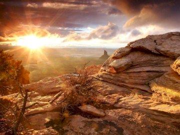 Góry Skaliste, Słońce - Góry Skaliste  Oświetlone Słońcem. A z bliska skały.