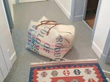 Alphadelta - Prova per vedere come funziona. Una persona sdraiata su un tappeto.