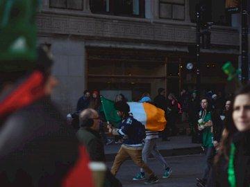 Célébrer la Saint-Patrick, - Passants avec drapeau indien. Un groupe de personnes marchant dans la rue.