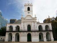 Le Conseil - Nous allons rassembler notre conseil. Une grande statue en pierre devant Cabildo de Buenos Aires.
