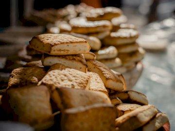 Tradycyjne ciasteczka z mojego - Brown i białe pieczarki na brown drewnianym stole. Iran. Zbliżenie jedzenia.