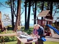 Megan Mick - Cheesies chesapeake Shores megan mick. Osoba sedící na lavičce.