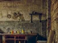 Quarto devastado - A parede de uma sala precisa ser reconstruída para encontrar uma porta oculta. Um quarto velho e su