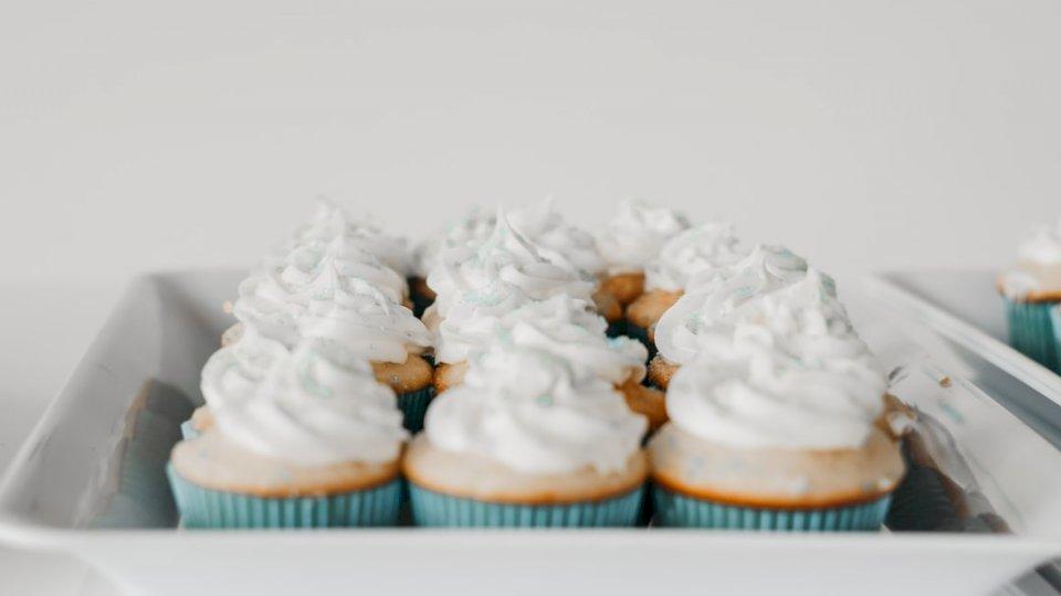 Cupcakes σε ένα πιάτο - Cupcakes στο δίσκο. Abbotsford, BC, Καναδάς. Μια συνεδρίαση κέικ πάνω από έναν πίνακα (10×10)