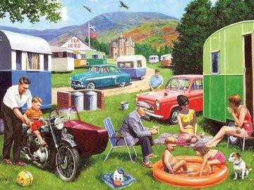 Urlop w plenerze. - Układanka. Urlop w plenerze: na kempingu. Grupa ludzi siedzi na podwórku.