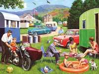 Vacanze all'aria aperta. - Puzzle. Vacanze all'aperto: al campeggio. Un gruppo di persone sedute in un cortile.