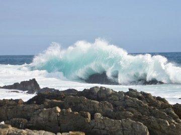 Riesige Wellen in der Nähe von Storm River - Felsen in der Nähe der Küste während des Tages. Niederlande. Eine felsige Insel inmitten eines Ge