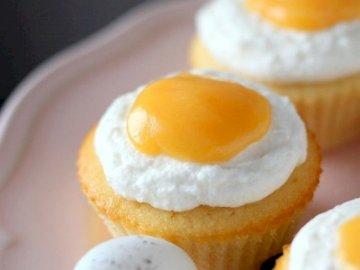 Cupcakes - sorella maggiore papà ho un barista. Una stretta di una fetta di torta su un piatto.