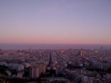 Paysage de Barcelone - Photographie aérienne des bâtiments. Asan, Corée du Sud. Une vue d'une ville au coucher d