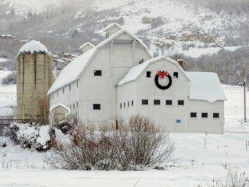 stodoła w zimie - duża stodoła w zimie. Budynek pokryty śniegiem.