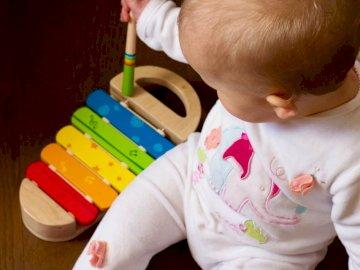 Cadeau d'anniversaire - Jouet bébé xylophone multicolore. Tokyo, Japon. Un jeune garçon tenant un bébé.