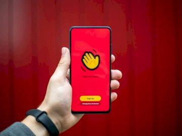 Parlez avec vos amis! le - Personne tenant un étui iphone jaune et noir. Bonn, Allemagne. Une main tenant un téléphone porta