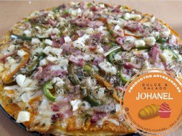 Domowa pizza - Z tradycyjnym smakiem, aby zaspokoić głód. Na stole siedzi pizza.