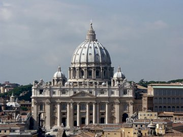 Basílica de San Pedr - Basílica de San Pedro en Roma. A large white building with St. Peter's Basilica in the backgro