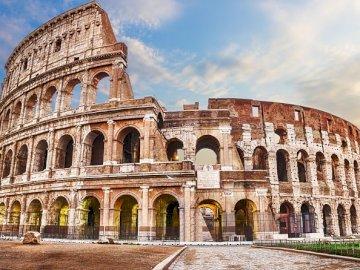 El Coliseo de Roma - El Impresionante Coliseo de Roma. A large stone building with Colosseum in the background.